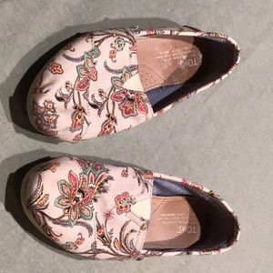 Size 7 Tom's paisley flats